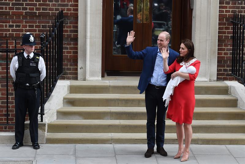 Príncipe Guillermo firma el certificado de nacimiento de su tercer ...