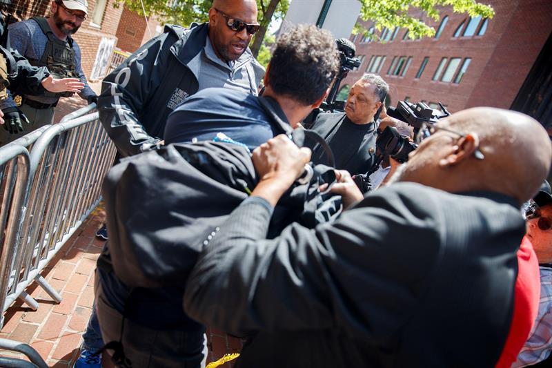 Reverendo Jackson entregó alimentos a pro maduristas en la embajada de Venezuela en EEUU