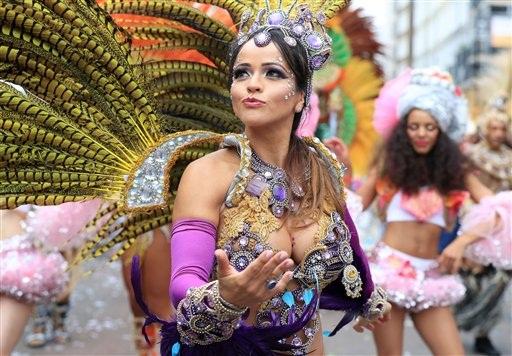 4292de13d Con revelador vestido una juerguista participa en el desfile del lunes  durante el segundo y último día del Carnaval de Notting Hill