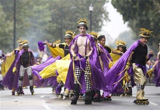 b690e8f0f Distintas delegaciones que incluyen hombres participan durante el desfile  del Día de los Niños en el carnaval de Notting Hill