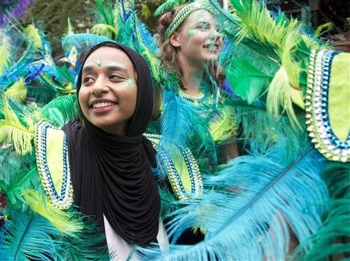 90ce2113b Chicas de todas las edades lucen sus coloridos atuendos durante el desfile  del Día de los Niños en el carnaval de Notting Hill