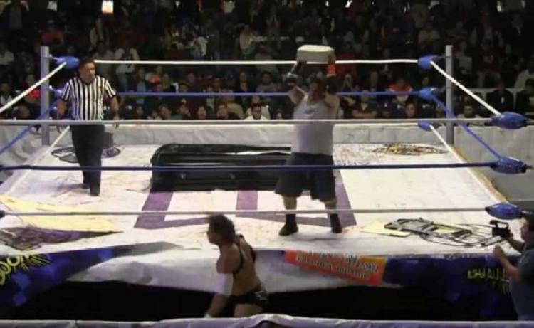 Luchador golpea a rival con tabique y lo manda al hospital