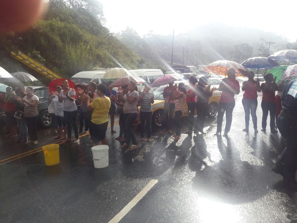 Se cansaron de estar sin agua en la escuela Río Gatún - Crítica