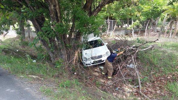 Conductor colisiona su auto contra un árbol en Llano Marín - Crítica