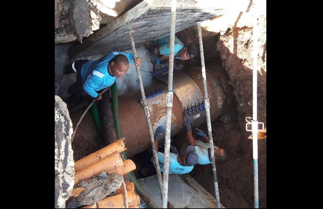 Colocan abrazadera a tubería rota en la vía Brasil