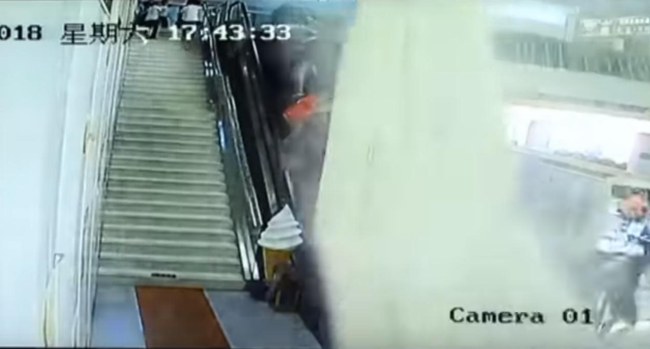 Sepultados tras derrumbarse un techo en un centro turístico en China