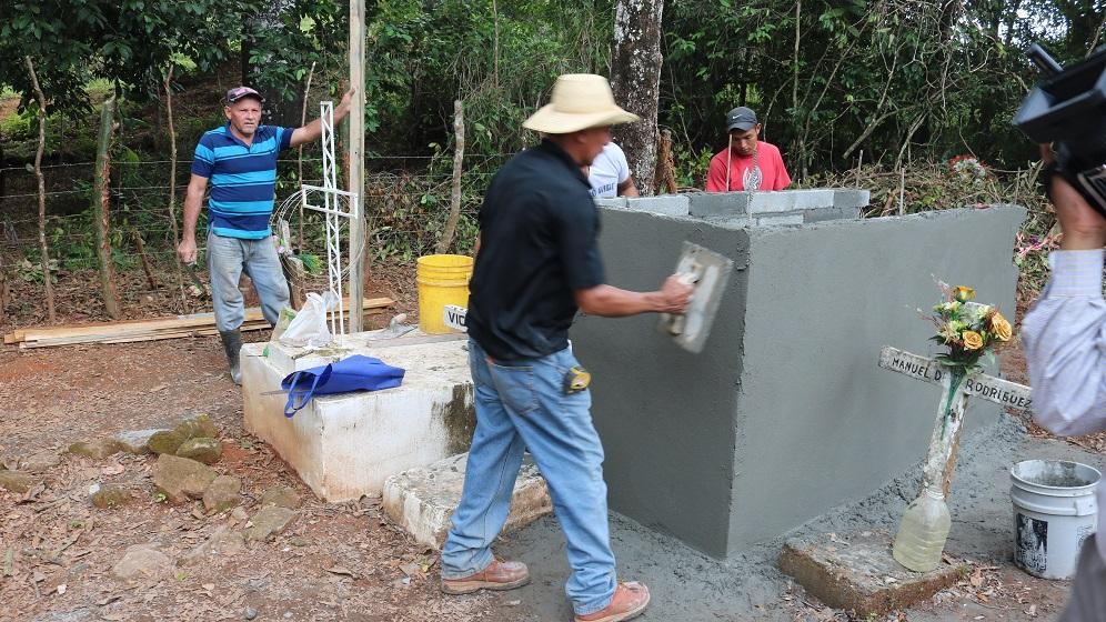 Residentes de Los Algarrobos preparan tumbas para sepultar familia asesinada - Crítica