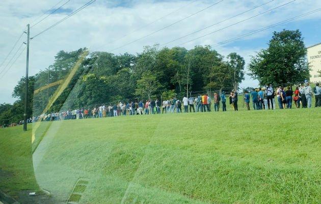 Panameños forman largas filas con la esperanza de conseguir una plaza de empleo - Crítica