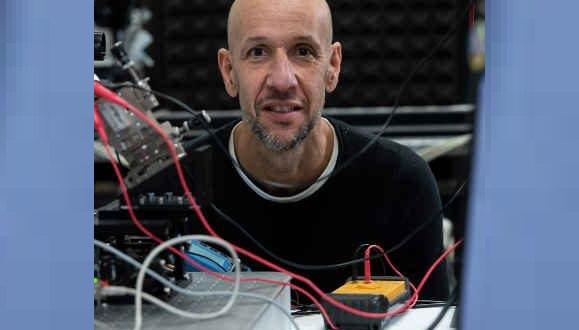 El físico Javier Tamayo y su equipo trabajan en un dispositivo nanométrico capaz de escudriñar, en una muestra de sangre, proteínas vinculadas a tumores de pulmón y mama en concentraciones mínimas. EFE/BBVA