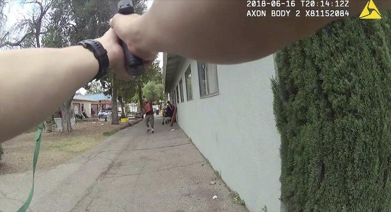 Hijos de rehén asesinada demandan a policía de EUA