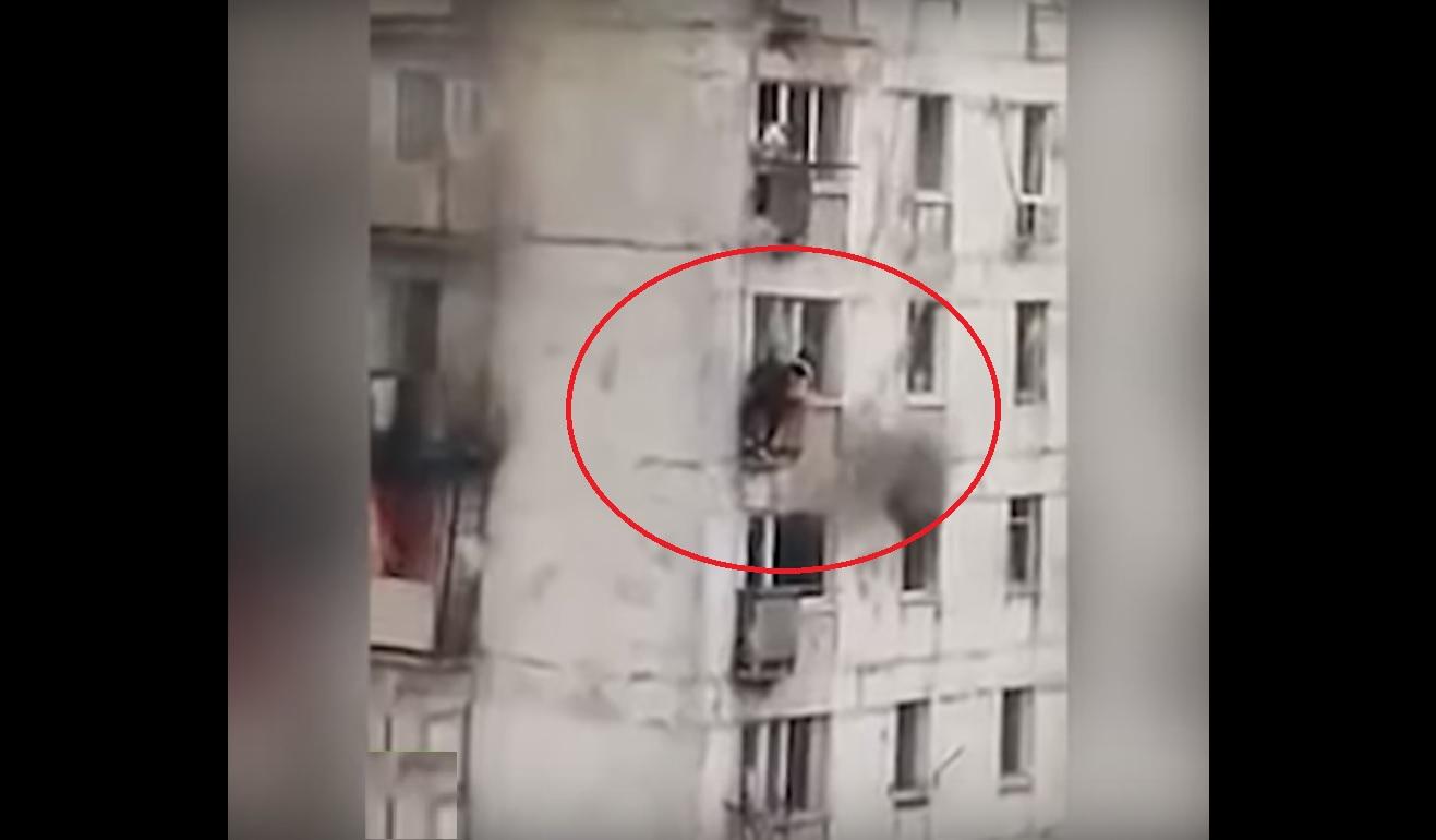 Joven arriesga su vida para salvar niñas atrapadas en apartamento en llamas