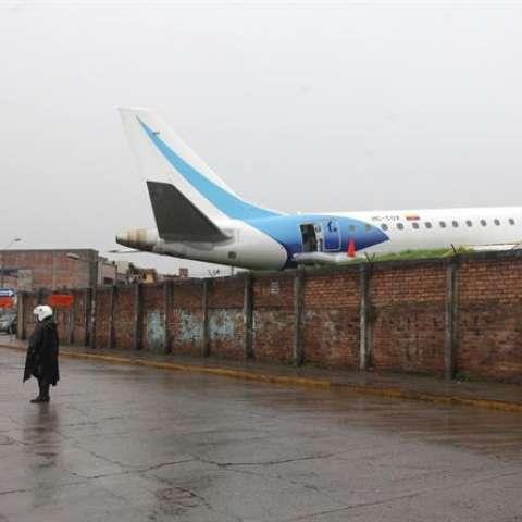 Durante la fase de aterrizaje, se registró el desplazamiento de la aeronave en la pista.  /  EFE
