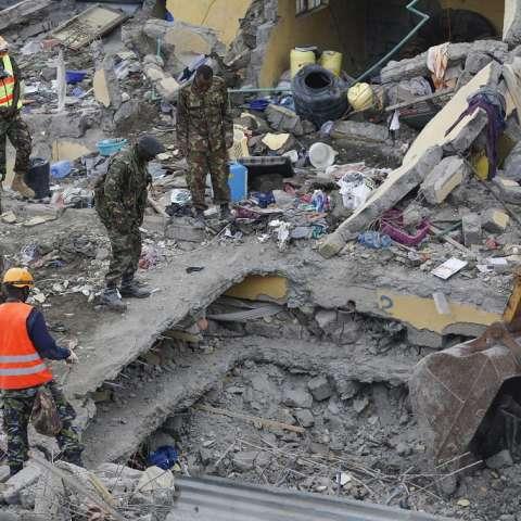 La operación de búsqueda y rescate continuó este 1 de mayo, después de un edificio residencial de seis pisos colapsó el 29 de abril en medio de fuertes lluvias.  /  EFE