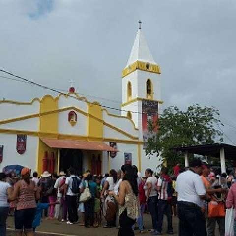 Desde horas de la madrugada de este domingo largas filas de peregrinos que esperan llegar hasta donde está la imagen.  /  Foto: Víctor Rodríguez