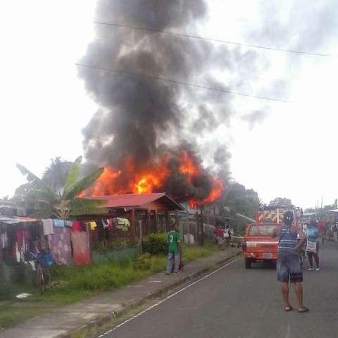 La vivienda fue consumida por las llamas en cuestión de minutos.  /  Foto: Leonardo Machuca
