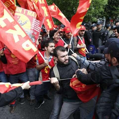 Manifestantes chocan con la policía antidisturbios en su intento de llegar a la plaza de Taksim para una celebración de día de mayo ilegal en Estambul.  /  EFE