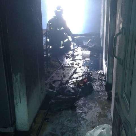 Los bomberos extinguen en su totalidad incendio declarado en un apartamento de Los Libertadores.  /  Foto: .@BCBRP