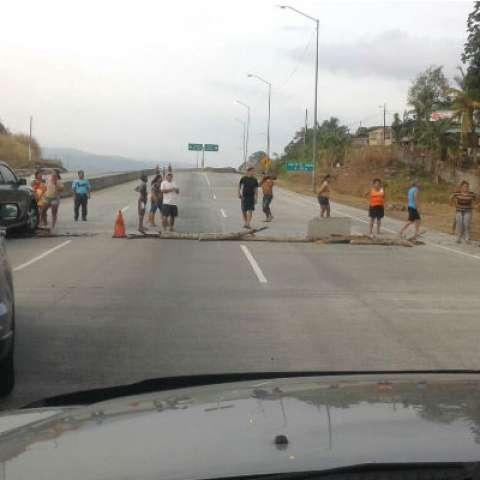Los moradores de Altos de la Torre piden el puente.