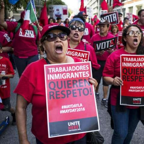 """Cientos de manifestantes del Primero de Mayo coreando consignas y portando carteles - éstos dicen los trabajadores inmigrantes quieren respeto """".  /  Foto: AP"""
