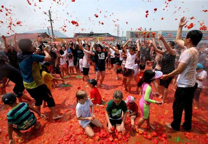 Surcoreanos se lanzan tomates durante el 13 Festival del Tomate de Hwacheon, en la provincia de Gangwondo (Corea del Sur). EFE/Jeon Heon-Kyun