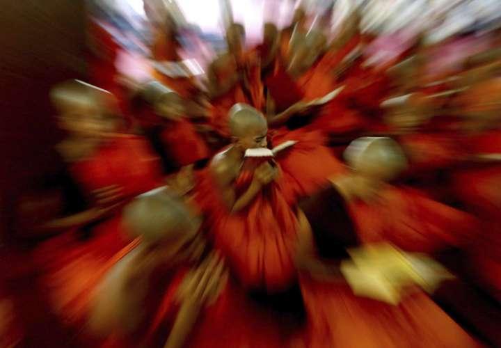"""El festival """"Guru Purnima"""" se celebra tradicionalmente por hindúes y budistas durante el día de luna llena en el mes de Asad (julio-agosto). EFE/JAGADEESH NV"""