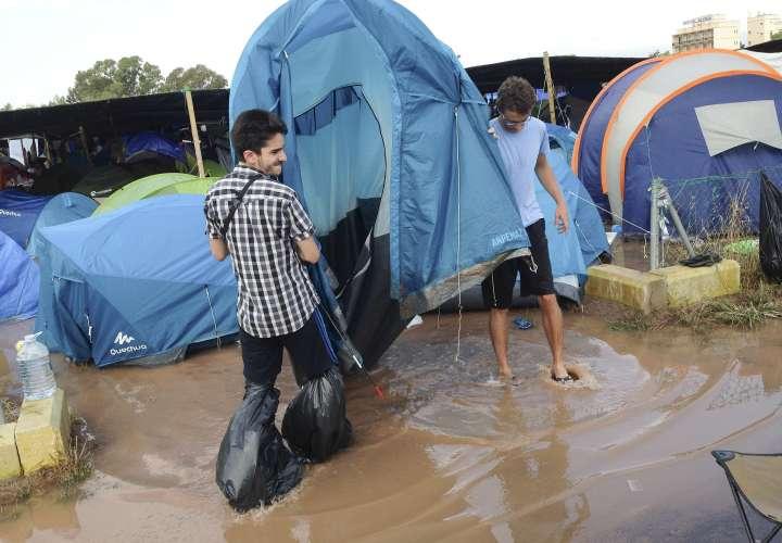 Fotografía facilitada por un campista tras una de las trombas de agua han anegado ésta madrugada algunos de los cámpings del Arenal Sound, obligando al desalojo de alrededor de un millar de jóvenes. EFE