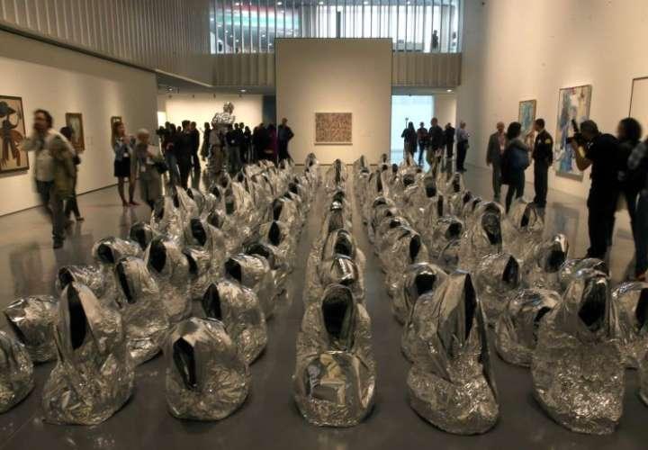 Ghost' (Fantasma), de 2007, instalación del artista francés Kader Attia, en la sala principal del nuevo Centre Pompidou Málaga.  ALEJANDRO RUESGA